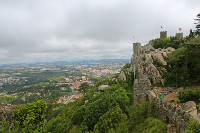 Il camminamento sulle mura del Castelo dos Mouros