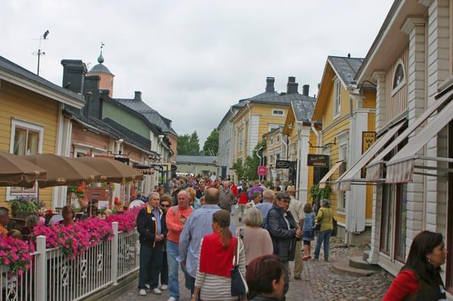 6.61 Porvoo turisti all'assalto delle vie del centro storico