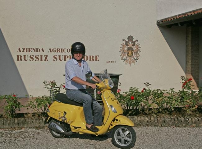 Roberto Felluga, anche lui in vespa, ci accompagna per la tenuta