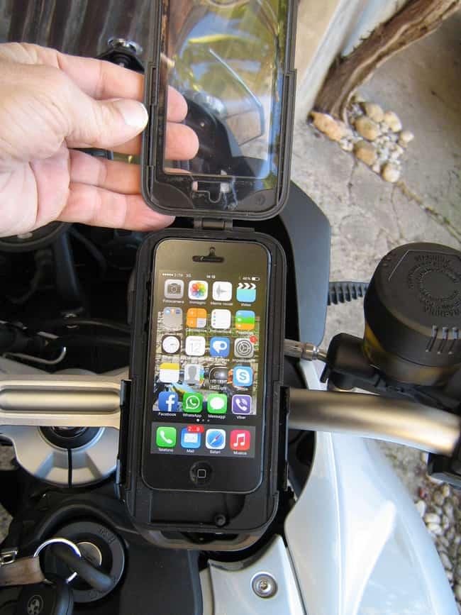 Si inserisce lo smartphone  nella custodia