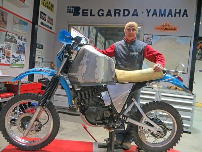 Angelo Caprotti, con la replica della Yamaha 570 di Merel alla Parigi-Dakar del 1982