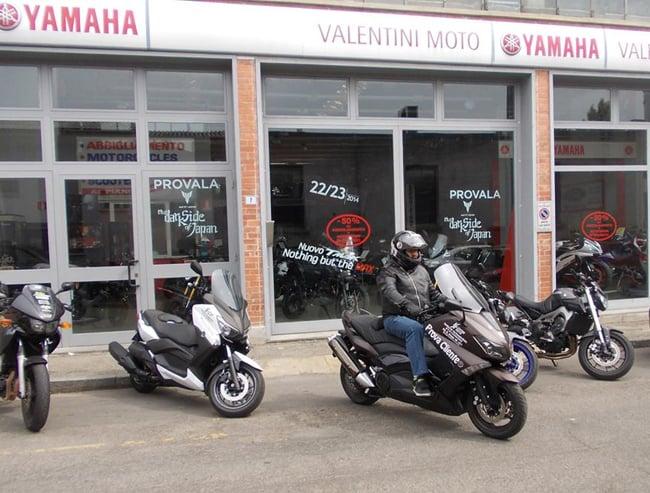 il nostro Peio davanti alla  concessionaria Yamaha Valentini Moto di Alessandria