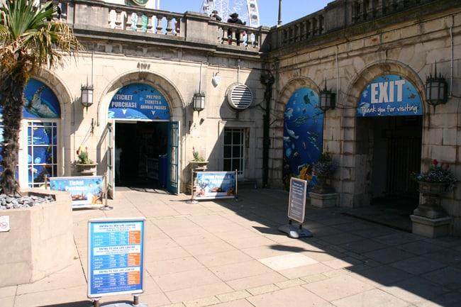 L'ingresso del Sea Life Centre dove nel film i Mods escono dalla discoteca e si separano