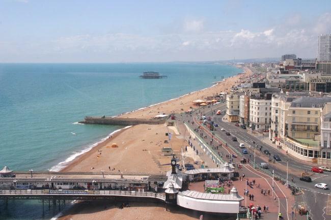 La spiaggia di Brighton. sulla destra, davanti al molo in pietra, il Queens Hotel