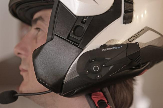 Dovendo montare l'interfono su un casco modulare ottenendo questo risultato dovremo utilizzare il microfono ad astina, in luogo di quello ad incollaggio che si utilizza sugli integrali