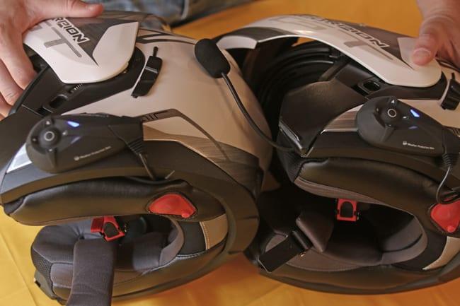 Attuata la stessa procedura anche per l'altro casco, questo saranno già abilitati per la connessione fra di loro.  Per connettere altri dispositivi (telefono, navigatore), sarò necessario effettuare il riconoscimento tramite una facile procedura contenuta nelle istruzioni