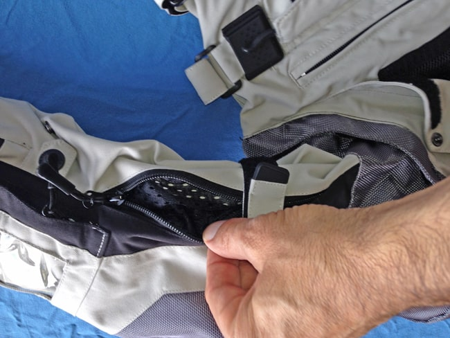 Anche le maniche sono ben areate e una semplice maglietta in cotone a maniche lunghe può far da sottotuta, perché se la pelle non viene a contatto con i materiali, grazie all'areazione della tuta, non si suda.