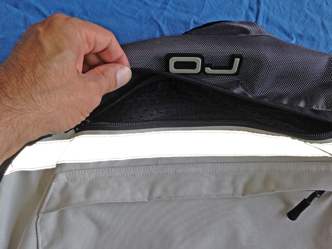 La parte posteriore della Giacca ha una larga presa d'aria, che crea - in abbinamento con le aperture anteriori - un utile flusso d'aria capace di raffreddare adeguatamente il motociclista.