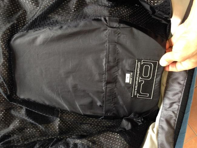 All'interno della giacca c'è la predisposizione per la protezione schiena