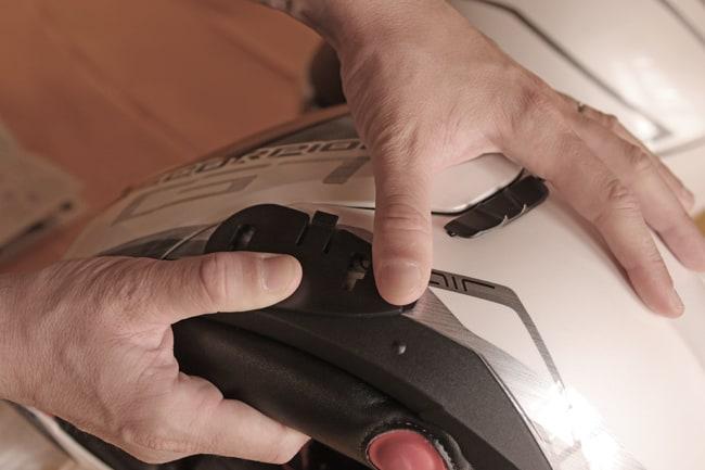 Rimossa la carta di protezione dell'adesivo, si incolla la parte al casco facendo una forte pressione. Gli adesivi 3M sono estremamente efficaci, non temete quindi si possano scollare