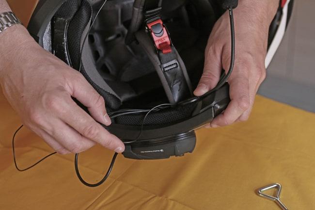 Dovrà essere anche posizionato il microfono, in una zona che lasci la giusta lunghezza all'astina.  Questa dovrà far arrivare la parte con la spugna di protezione del microfono dalle turbolenze del vento,  proprio davanti alla bocca