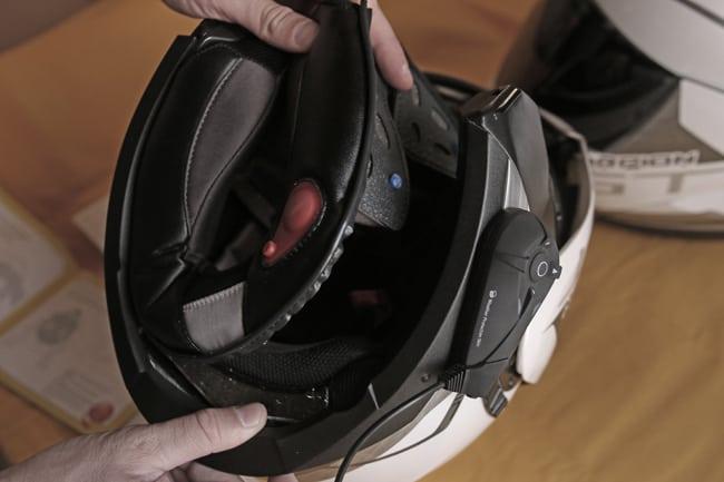 Si dovranno rimuovere gli interni del casco