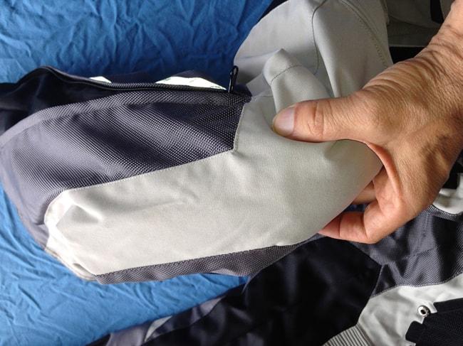 Gomiti e ginocchia sono salvaguardati da protezioni rimovibili CE