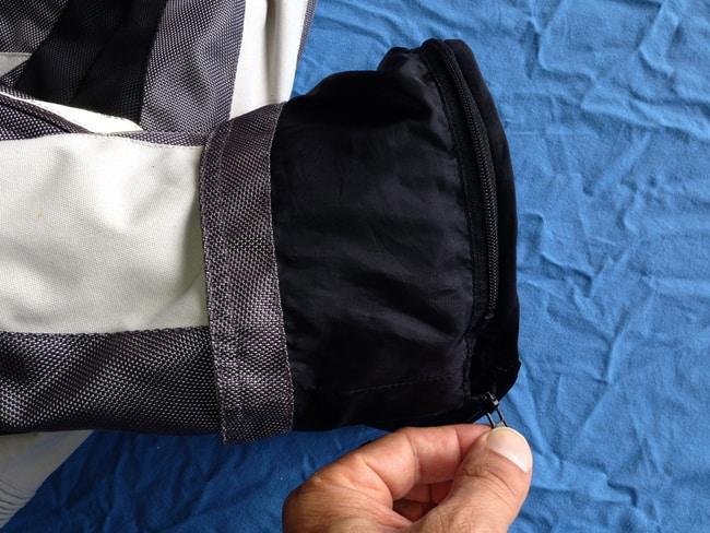 La membrana antipioggia e l'imobottitura si agganciano con questo sistema sia sulla giacca sia sui pantaloni: delle comode cerniere.