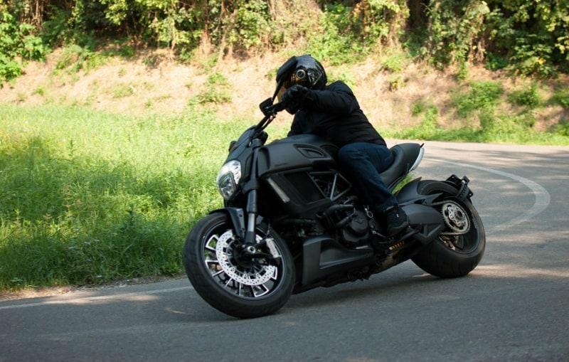 Prova Ducati Diavel: le curve lente si sente l'eccessiva larghezza del pneumatico posteriore
