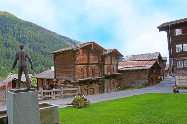 Il piccolo villaggio di Niederwald conta solo 42 abitanti. Nella foto il monumento Cäsar Ritz.
