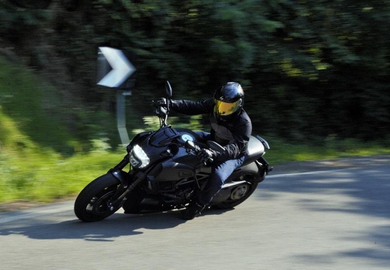 Ducati Diavel: sicura in curva grazie agli pneumatici Pirelli Diablo Rosso II