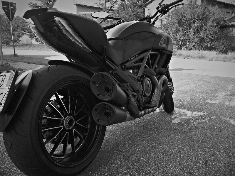 """Prova Ducati Diavel: pneumatico posteriore da ben 240 mm di larghezza, un """"gommone"""" da dragster, realizzato appositamente dalla Pirelli."""