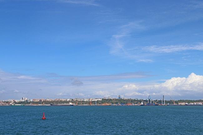 Il traghetto si allontana da Setùbal, regalandoci una vista complessiva sulla località