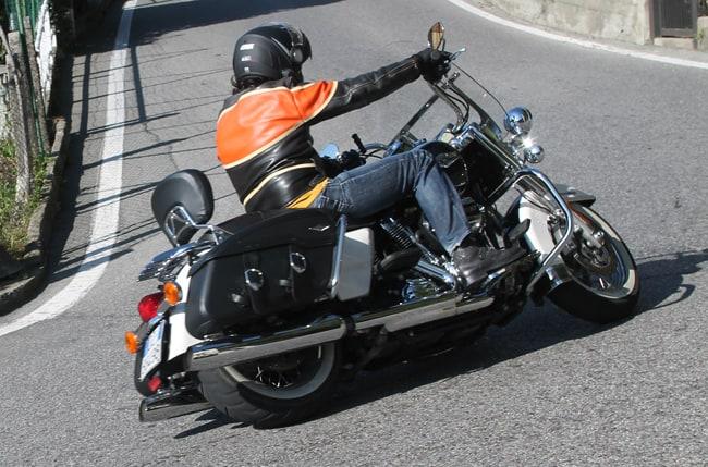 Non semplice da guidare sui tornanti la Harley Davidson Road King Classic