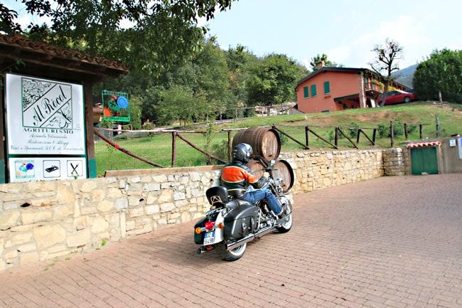 Harley in Franciacorta. L'ingresso dell'Agriturismo Al Rocol