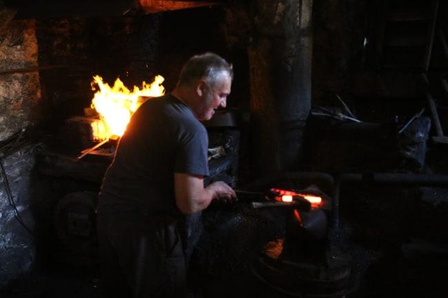 Il metallo viene più volte riscaldato e battuto