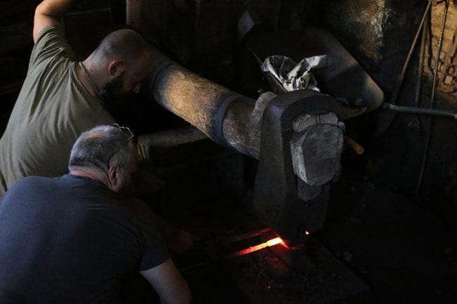 Il pesante maglio comprime i metalli