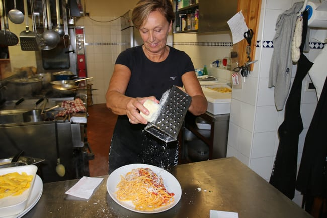 """La Signora Daniela Mantovani """"rifinisce"""" la pasta da lei fatta a mano"""