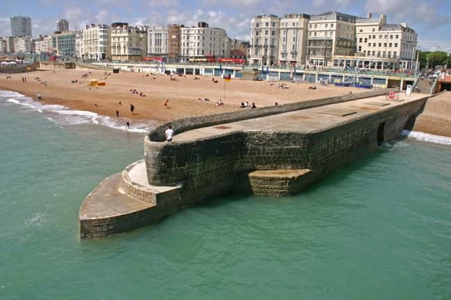 Inghilterra, molo in pietra che serve da frangiflutti sulla spiagia di Brighton