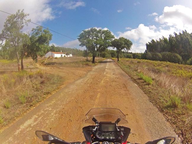 La strada per Santa Clara-a-Velha non sempre è perfetta, ma per la nostra BMW 1200 GS nessun problema