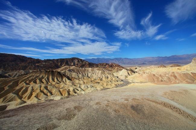 In moto al tepore dei deserti californiani. Zabrinskie Point fotografato da Claudio Falanga. Lo scatto è anche lo sfondo di Moto-OnTheRoad.it