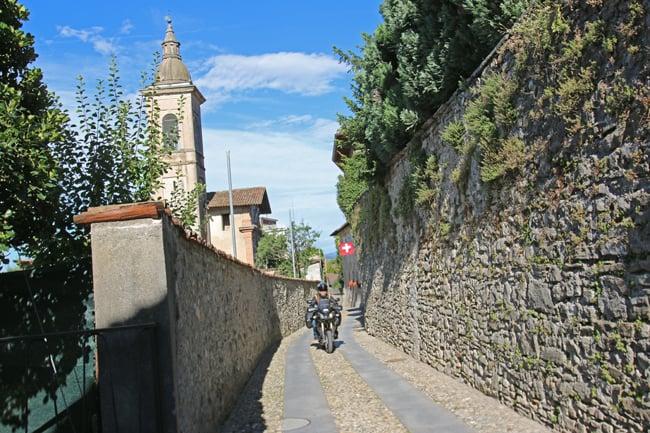 Non troppo dissimile dai luoghi della Lombardia, il Canton Ticino in moto offre scorci di familiare architettura
