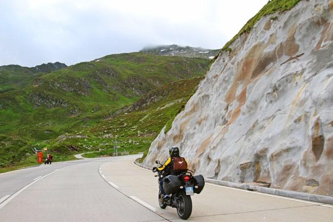 Canton Ticino in moto – con una scoperta da 007 .  Pochi chilometri al Passo del San Gottardo.