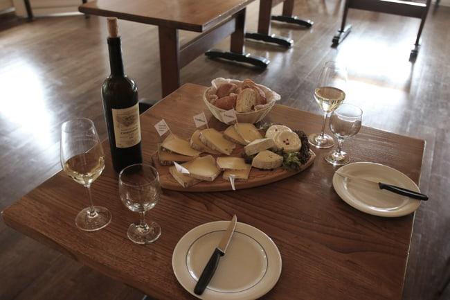 I nostri giornalisti si sono dovuti sacrificare e assaggiare tutte le qualità di formaggi (accompagnati da del pregevole vino) del Caseificio Dimostrativo del Gottardo