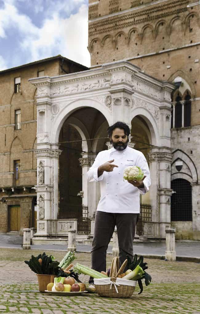 """"""" Toscana terra del buon vivere """". Marco Stabile sotto Torre del Mangia a Siena."""