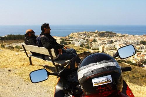 Cinque mete e diversi raduni per il mototurismo invernale. Creta, vista su Rethytmno