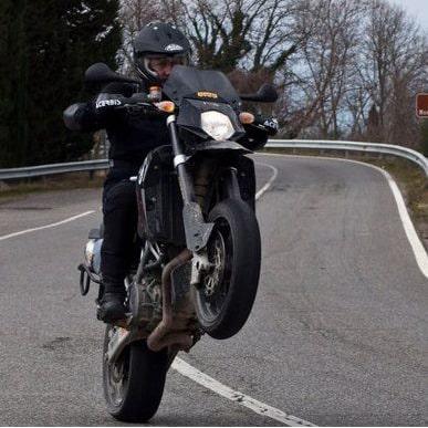 Guida sportiva in moto: chi è senza peccato...