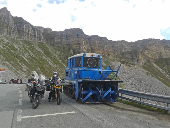 Fusch/Dobbiaco, 3° tappa delle strade alpine per moto. Antico macchinario parcheggiato a Punta Hoctor