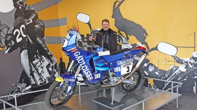 Il nostro Norberto Ronchi posa con una moto del museo