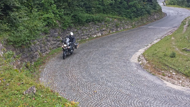 Strade alpine da fare in moto. I tornanti in porfido scendendo dal Passo Vrsic