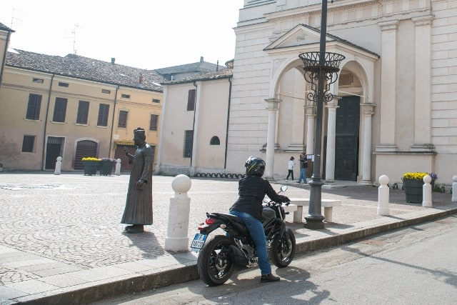 Suzuki Gladius 650 ABS a Brescello -statua di Don Camillo.