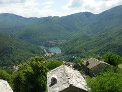 Vista da Campo Catino vecchio paese dedicato all'alpeggio e ora oasi del WWF (Foto Norberto Ronchi)