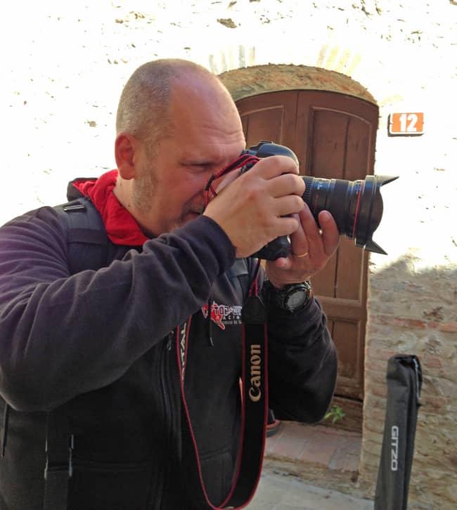 Fotografare in moto. L'impegno profuso per uno scatto è qui ben rappresentato dal nostro Alessandro Tiraboschi.
