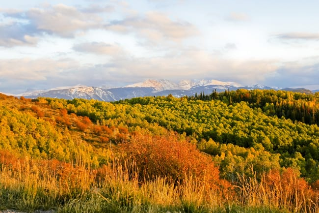 Fall Foliage in Colorado, con le 5 strade panoramiche. A high-mountain sunset adds to fall color near Edwards