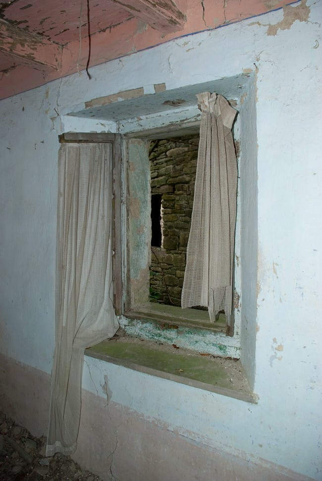 Case Scapini, non si sa bene a quale periodo risalga l'abbandono di queste case...ma ci sono ancora le tende alle finestre.