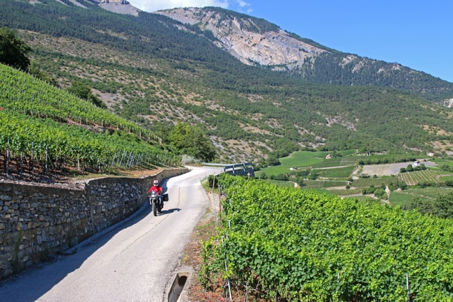 La strada tra le vigne tra Saghesh e Sierre si può anche fare su afalto