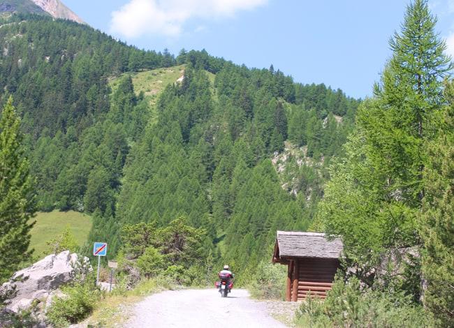 Un breve e facile tratto di strada sterrata conduce al lago