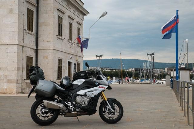 Estetica sportiva, fianchi stretti e becco anteriore della BMW S 1000 XR