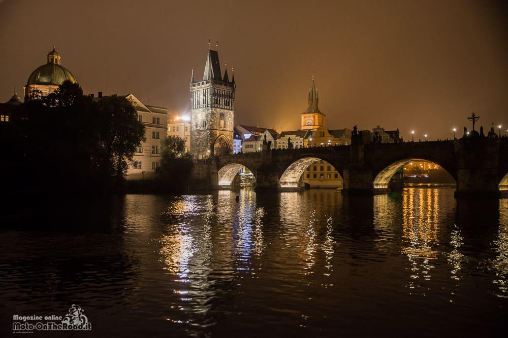 Ponte Carlo dal fiume Moldava
