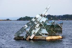 Scultura in vetro e acciaio nel mare dell'Oslofjorden.